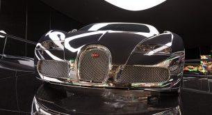 Ein verspiegelter Bugatti Veyron 16.4 auf einer verspiegelten Ellipse im Premium Clubhouse.