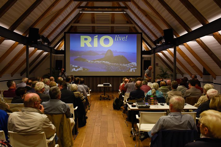 """Die Besucher warten gespannt auf die Live-Show """"Rio""""."""